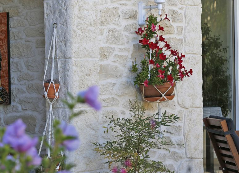 Mur en pierre blanc décoré avec des fleurs