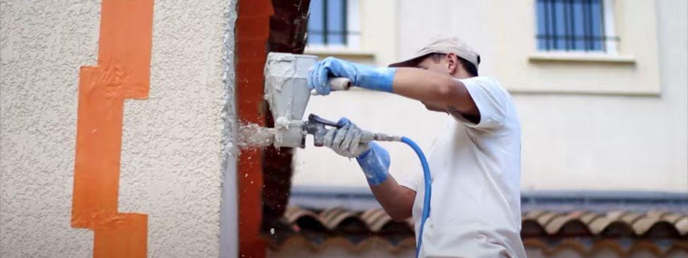 Un artiste décorateur qui travaille sur un mur