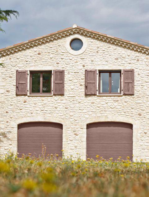 Facade en pierres authentiques d'une maison ancienne
