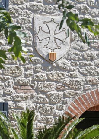 Mur extérieur imitation pierre avec symbole