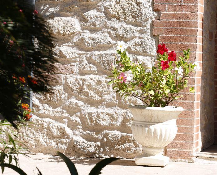 Décoration façade avant d'une maison avec angls en briquettes rouges
