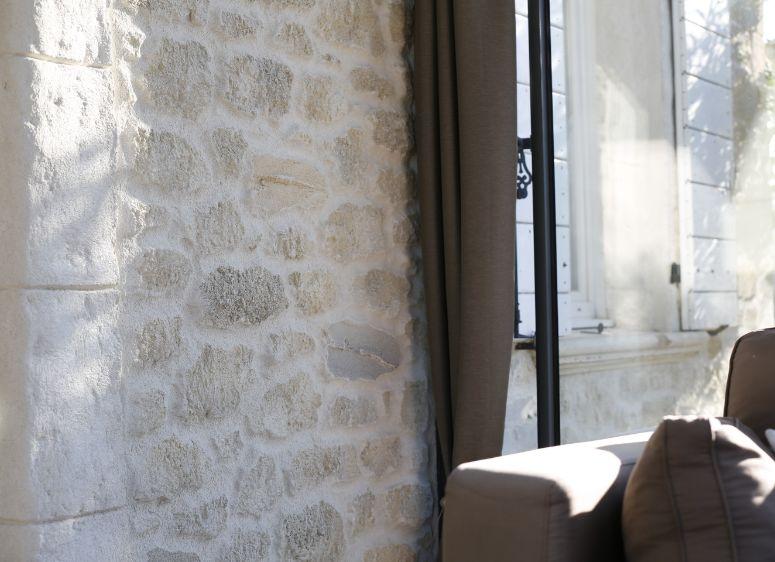 Angles et contour de fenêtre en vieilles pierres