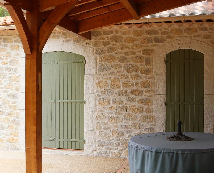 Terrasse d'une maison authentiques avec des pierres blanches