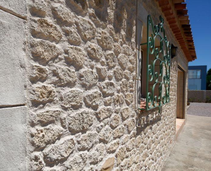 Aspect vieille pierre taillée sur une maison
