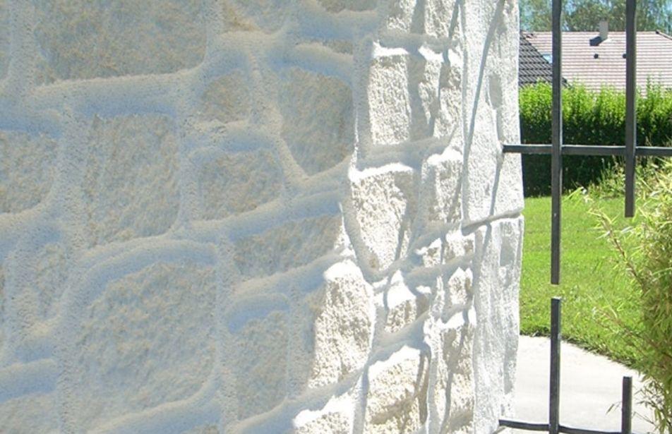 Ravalaement de façade avec des pierres blanches et finitions