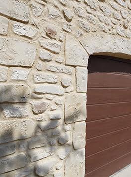 Décoration mur extérieur en imitation pierre blanche