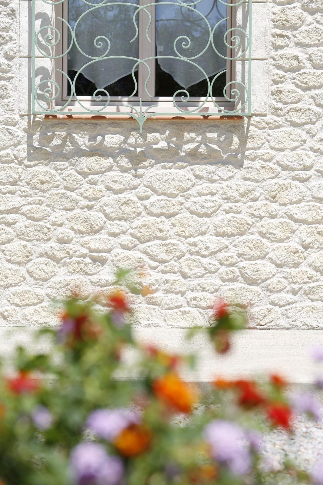 Décoration de façade enduit sculpté effet pierres à Perpignan