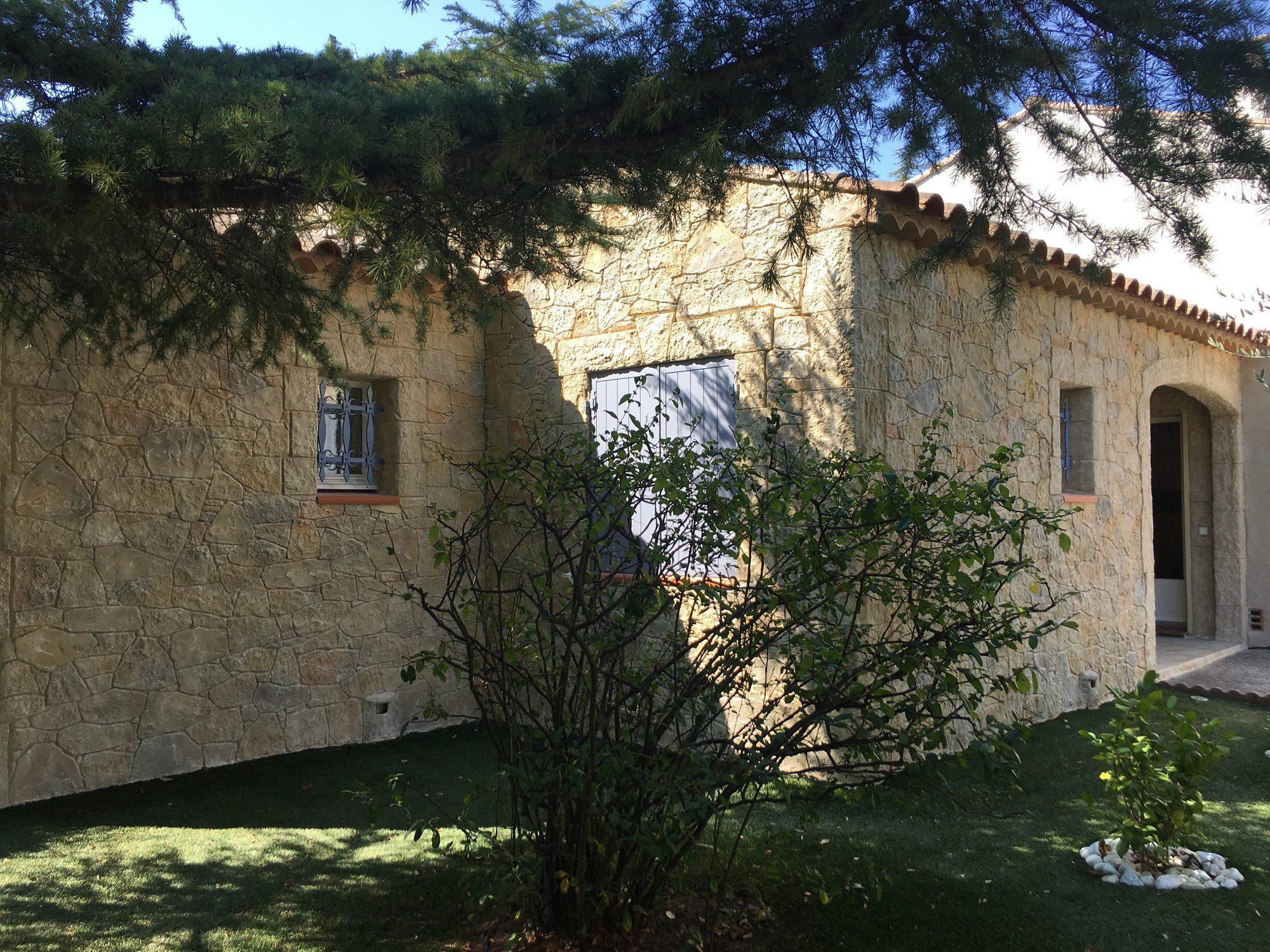 Façade en fausses pierres à Trans-En-Provence (83)