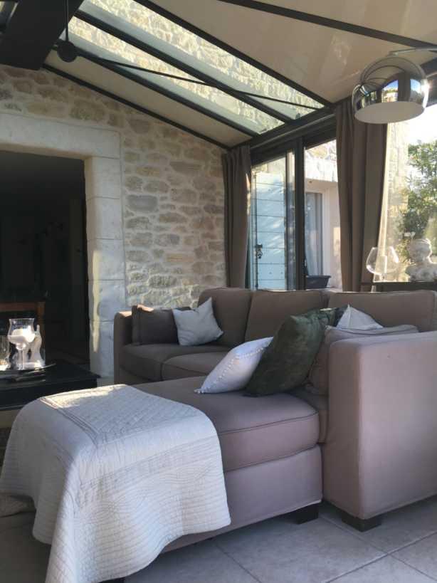 Salon et murs intérieurs maison en pierre à Milhaud