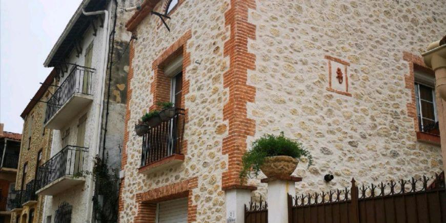 Rénovation d'une façade imitation mur Catalan avec notre enduit taillé à Brouilla