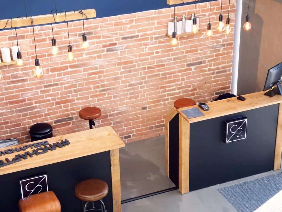 Cuisine avec mur en briques rouges derrière un bar