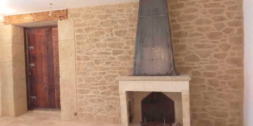 Comment nettoyer une cheminée en pierre ? Découvrir les alternatives.